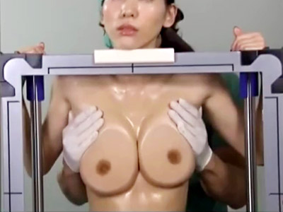 【OL盗撮adaruto動画】媚薬入りゼリーを巨乳おっぱいに塗ったOLが透明板に巨乳押し当て不思議なレントゲン撮影ww