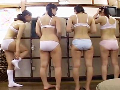 【ロリおしっこadaruto動画】綿パンツとスポーツブラが似合う年代の女子が銭湯で放尿する姿を撮影する大人たちww