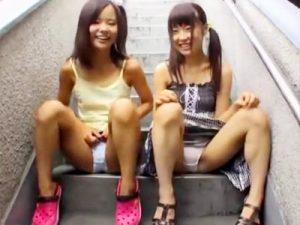 【ロリイタズラadaruto動画】綿パンツやパイパンおまんこを見せると喜ぶオジサンを面白がった女の子たちの末路…