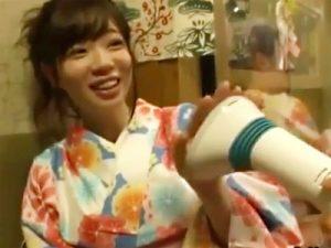 【マシンバイブadaruto動画】居酒屋でアダルトグッズモニターを募集…初詣帰りの晴れ着を着た巨乳女性マジイキww