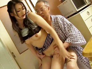 【変態嫁adaruto動画】夫の前では義父に強く当たる人妻…夫が留守になれば義父とド変態な関係を持つ人妻ww
