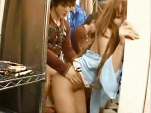 【ギャル店員セックスadaruto動画】試着室の裾チェック中にチンポを丸出しにした客…数分後に生挿入するアパレル店員ww