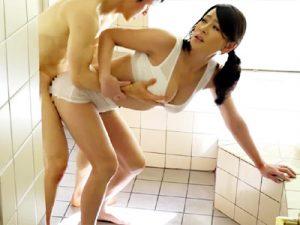 【近親相姦セックスadaruto動画】思春期を過ぎて気付く…エロ過ぎる母の肉体に我慢出来ない息子が父親の目を盗んで寝取るww