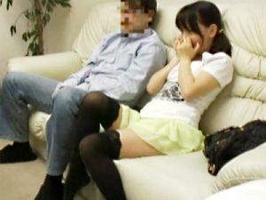 """【娘オナニーadaruto動画】父親と密室でAVを見るという""""性教育アンケート""""と騙して親の前で自慰行為する娘ww"""