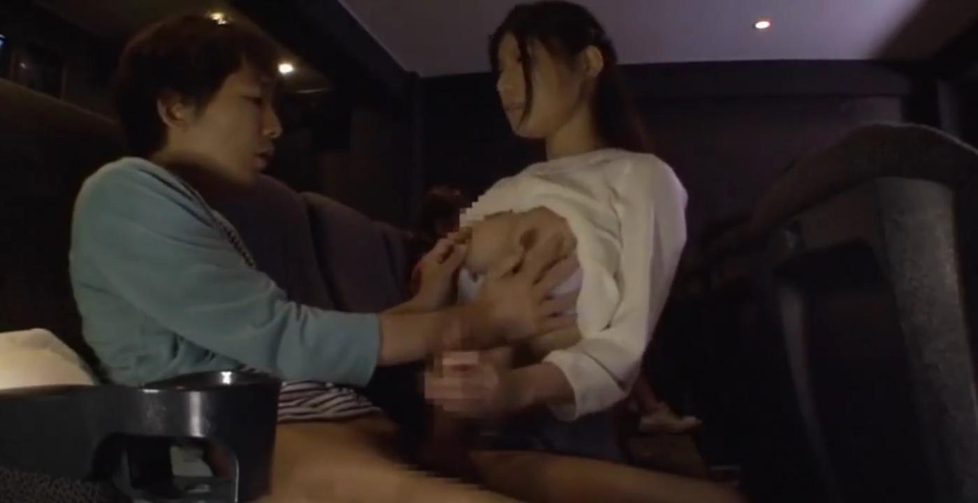 映画館_露出_フェラチオ_痴漢_adaruto動画03