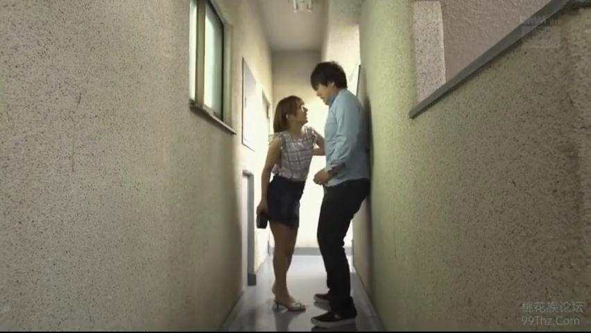 友達の彼氏_寝取り_廊下で手コキ_adaruto動画02