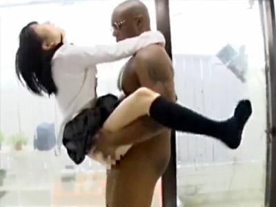 【JK黒人セックスadaruto動画】デカチン過ぎて日本人女性とセックス出来ない悩みを持つ外国人と女子校生が生中出しww