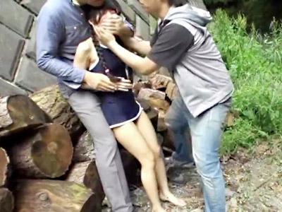 【ロリ青姦レイプadaruto動画】林間学校で宿泊し、スクール水着を着て川で遊んでいた幼い女の子を強姦…