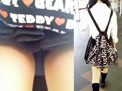 【JK街撮り盗撮adaruto動画】蒸し暑い日にタオルで汗を拭きながら電車に乗る清楚な女子校生のパンチラ隠し撮りww