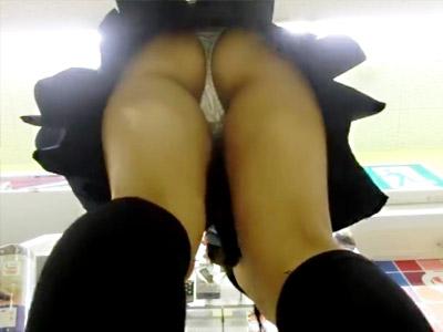 【TバックJK逆さ撮り盗撮adaruto動画】ムチムチな太ももと丸見え尻がエロ過ぎる女子校生を店内で隠し撮りww