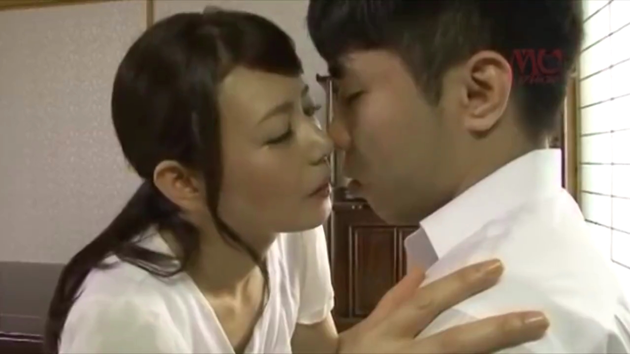 近親相姦_巨乳ママ_童貞息子_adaruto動画01
